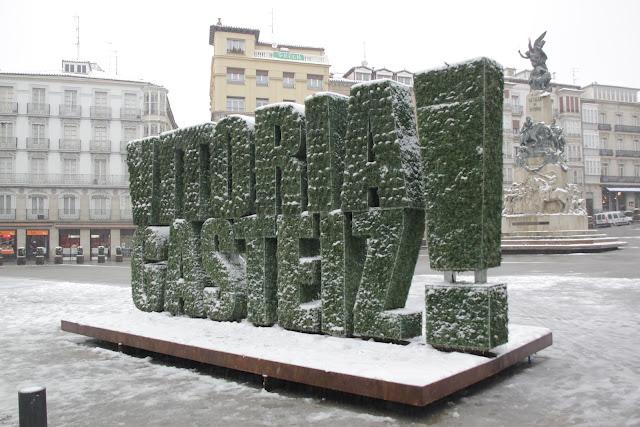 Escultura vegetal nevada en Vitoria